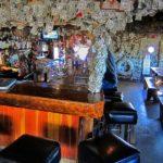 【アラスカ】壁じゅうドル札で覆われたバー【奇妙な習慣】