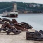 ドナウ川の歩道に並ぶ【死者の靴】