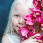 【白い髪に赤い瞳】シベリアの8歳の少女が本物の【白雪姫】と話題に