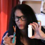 永遠の若さのために。45歳の女性が 350万歳のバクテリアを自身に注射